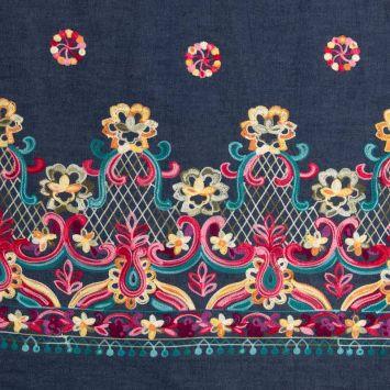 Tissu jean bleu foncé motif fleur et cachemire brodé