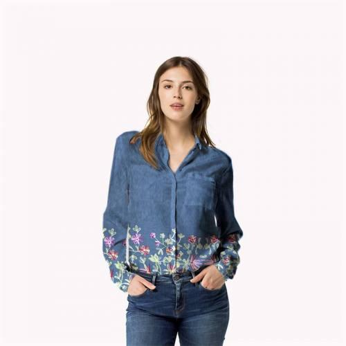 Tissu jean bleu motif floral brodé