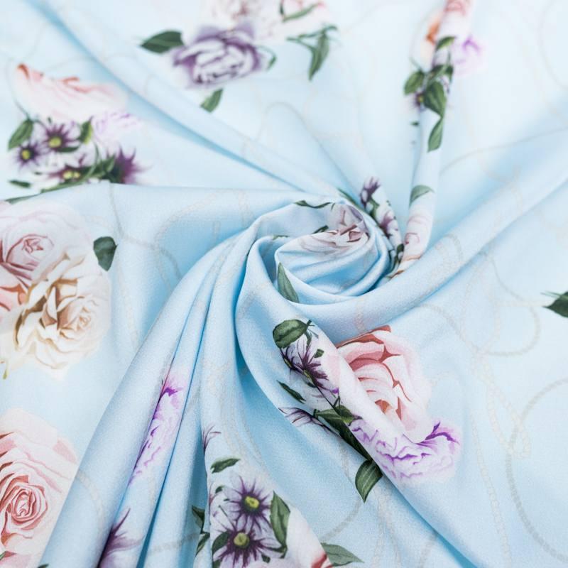 Satin bleu pastel imprimé roses et cordons