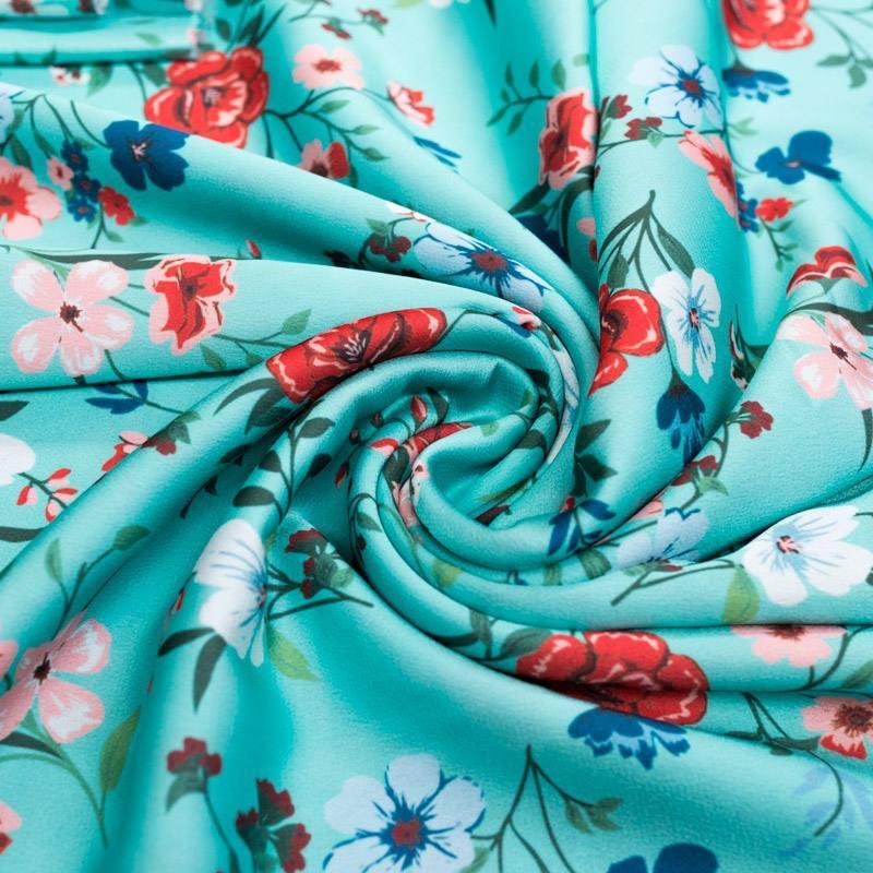 Satin bleu turquoise imprimé fleurs des champs blanches, rose et rouges