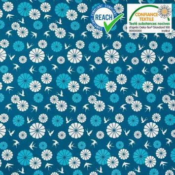 Coton bleu motif fleurs et hirondelles blanches et bleues