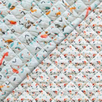 Tissu matelassé enfant vert d'eau réversible motif animaux de la jungle et plumi