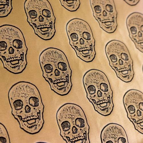 coupon - Coupon 50x68cm - Simili cuir doré métallisé tête de mort relief