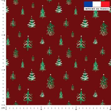 Sapin de Noel vert déco blanche - Fond rouge